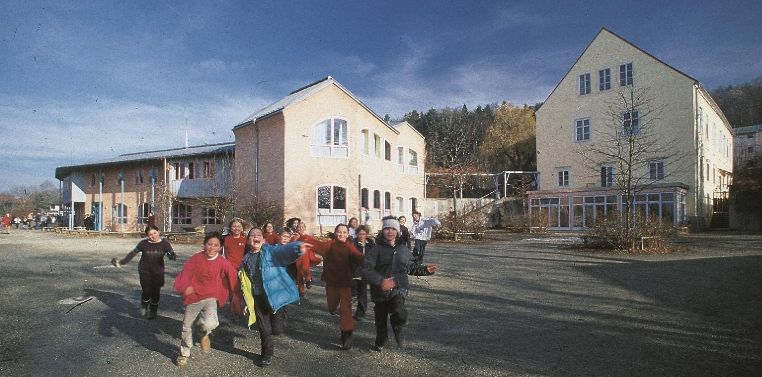 Schüler vor Mittelstufengebäude